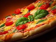 Пица със сирене моцарела, мариновани сушени домати, чери и босилек